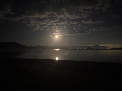 写真は晩御飯の帰り道に月が綺麗で感動した次女撮影。